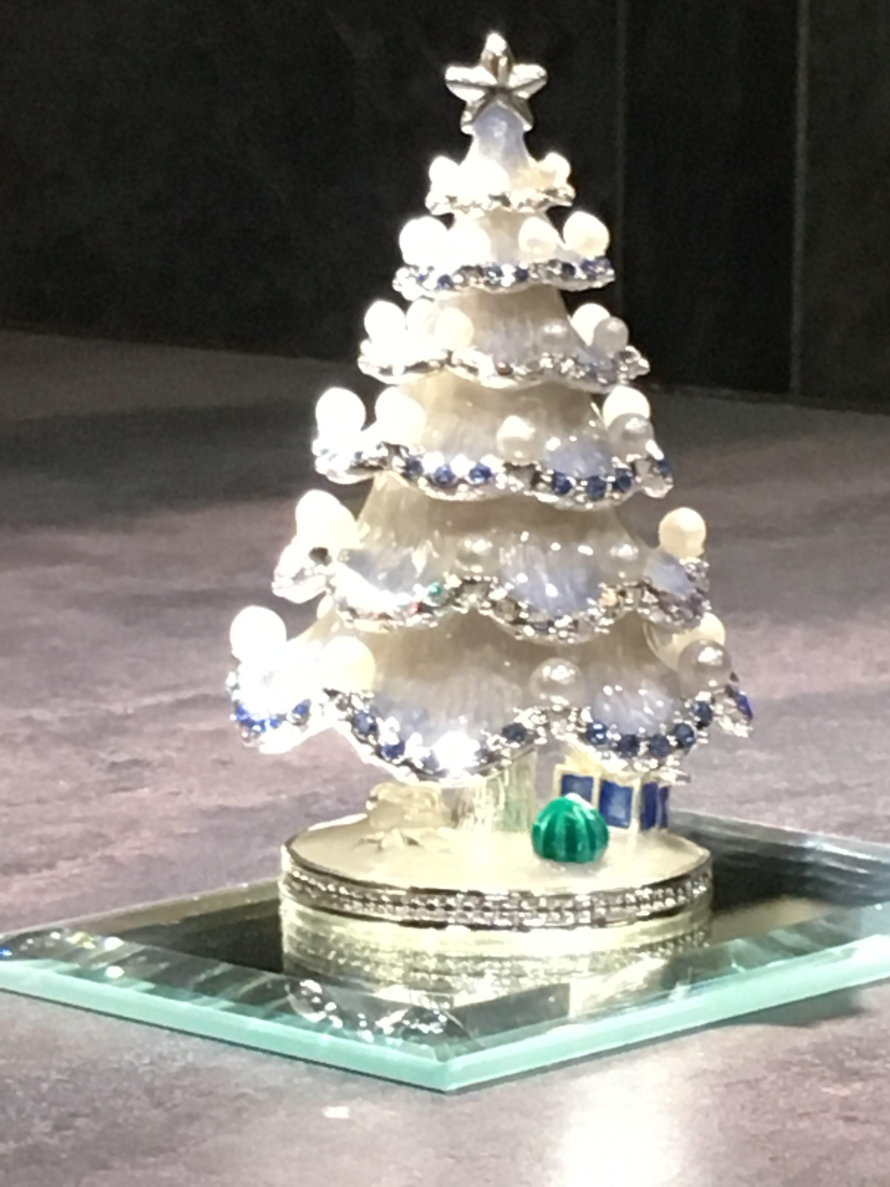 日・祝日営業のお知らせ(店内のクリスマスツリー)